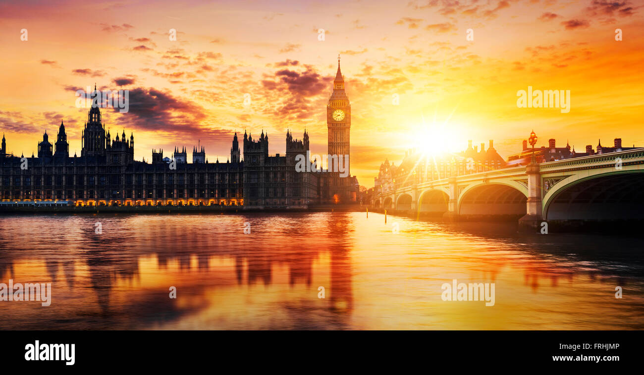 El Big Ben y las Casas del Parlamento al anochecer, Londres, Reino Unido. Imagen De Stock