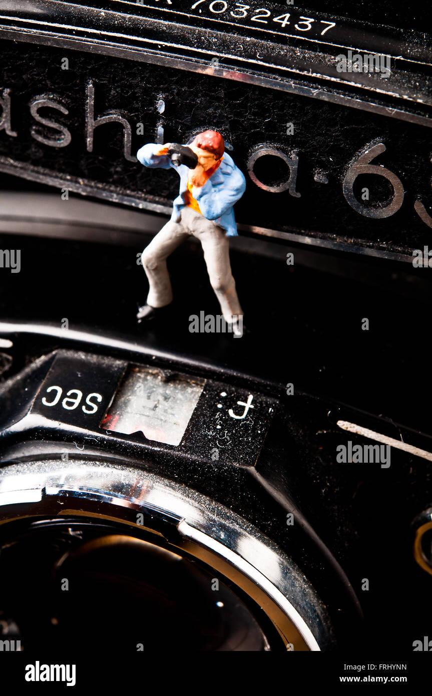 Fotógrafo figurilla en una cámara fotográfica, fotografía concepto Imagen De Stock