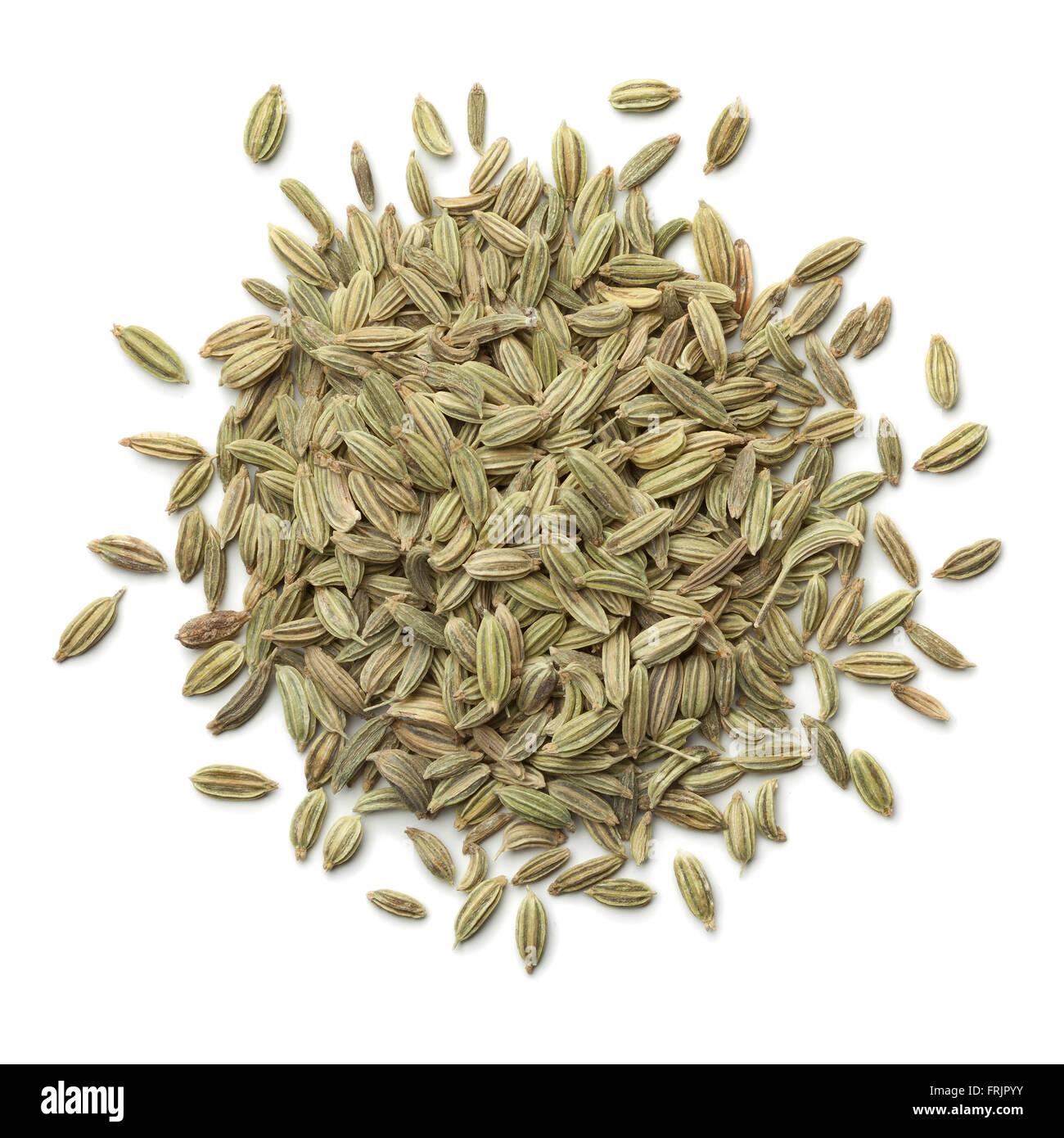 Montón de semillas de hinojo verde sobre fondo blanco. Imagen De Stock
