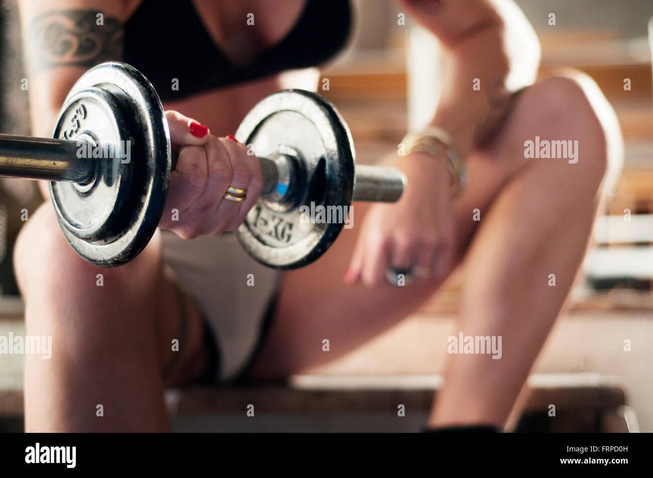 Primer plano de una mujer levantando pesas Imagen De Stock