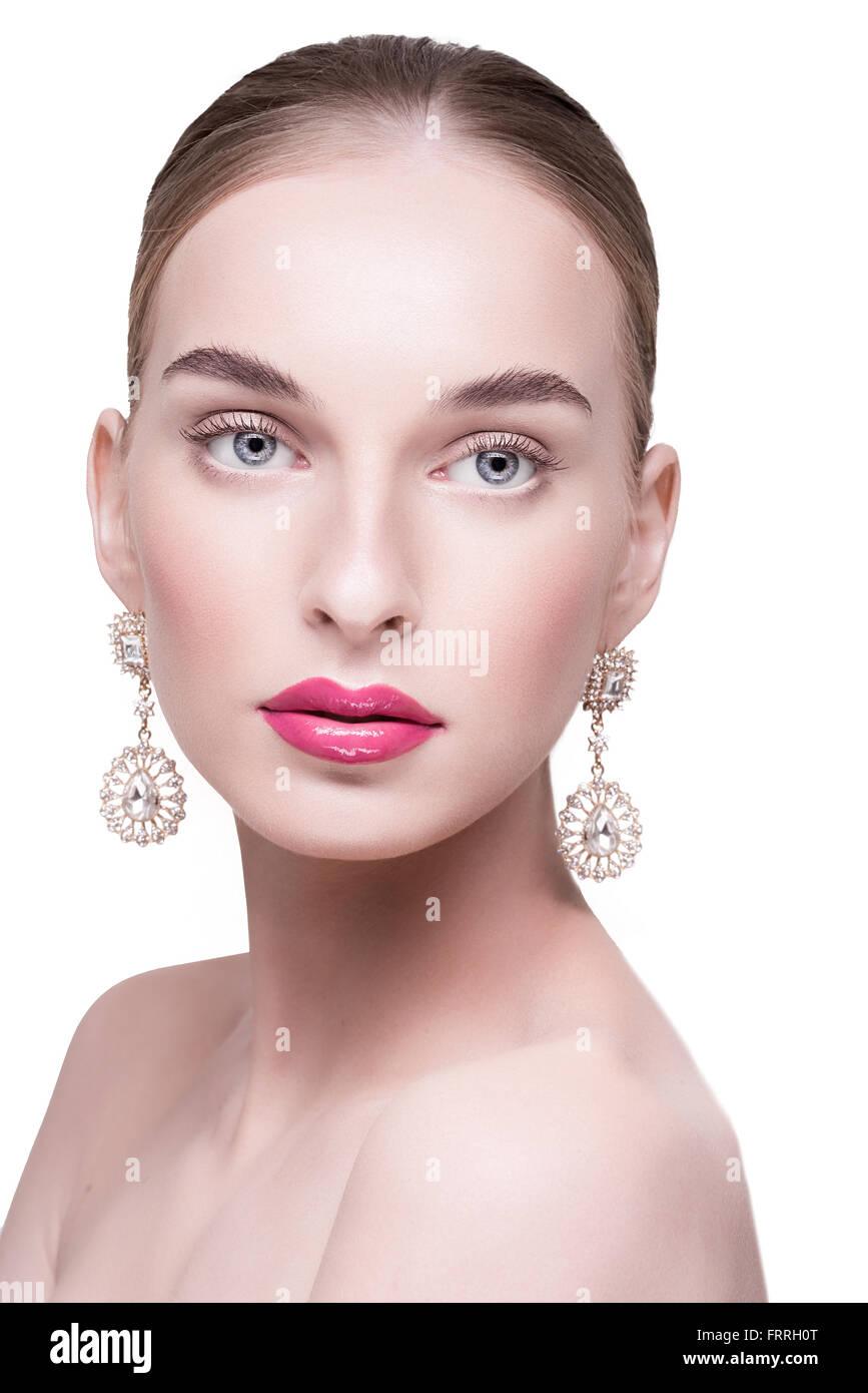 Hermosa Hermosa Mujer Blanca Con Aretes Sobre Un Fondo Blanco Con