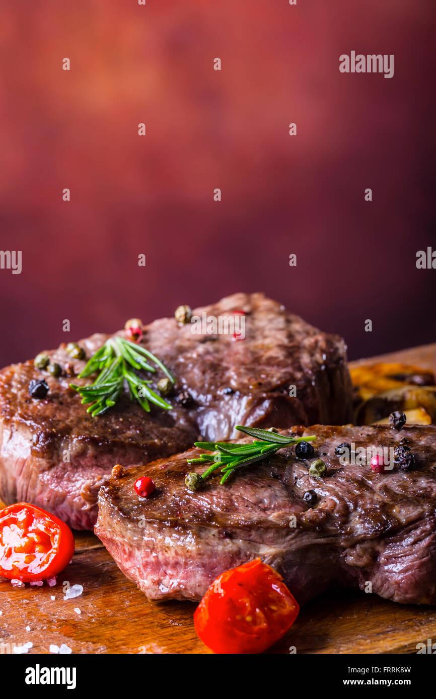 El bistec. Parrilla filete de carne de vacuno. Las porciones de carne gruesa jugosos filetes de solomillo a la parrilla Imagen De Stock