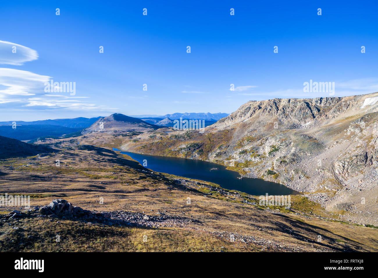 Vista aérea de un precioso lago alpino en lo alto de las montañas Beartooth Imagen De Stock