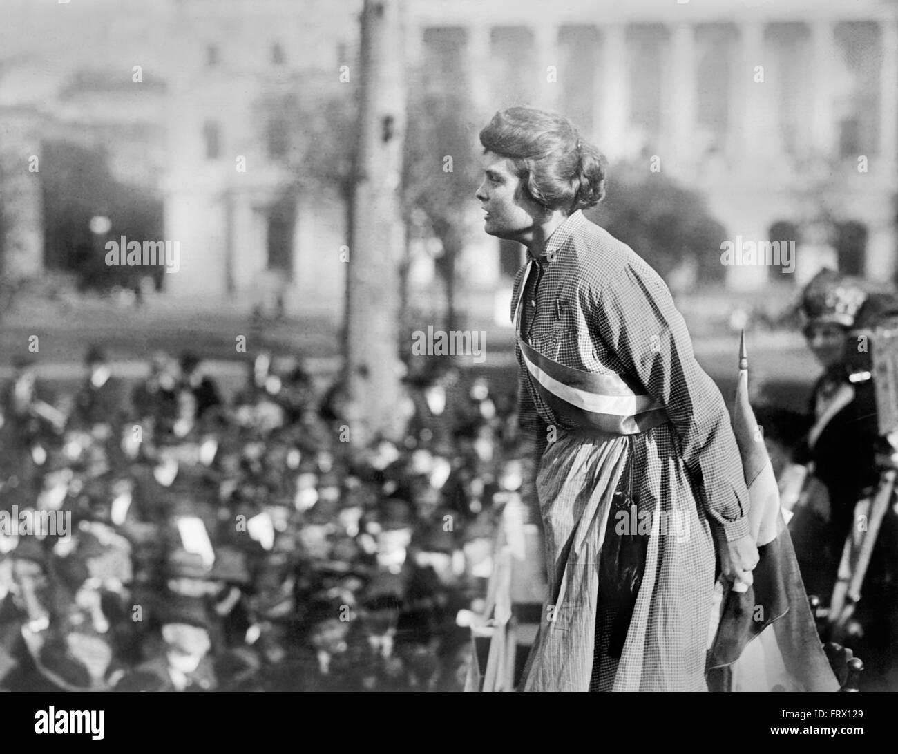 Lucy Gwynne Branham, un americano suffragette y organizador de la Fiesta Nacional de la mujer, hablando en un mitin Imagen De Stock