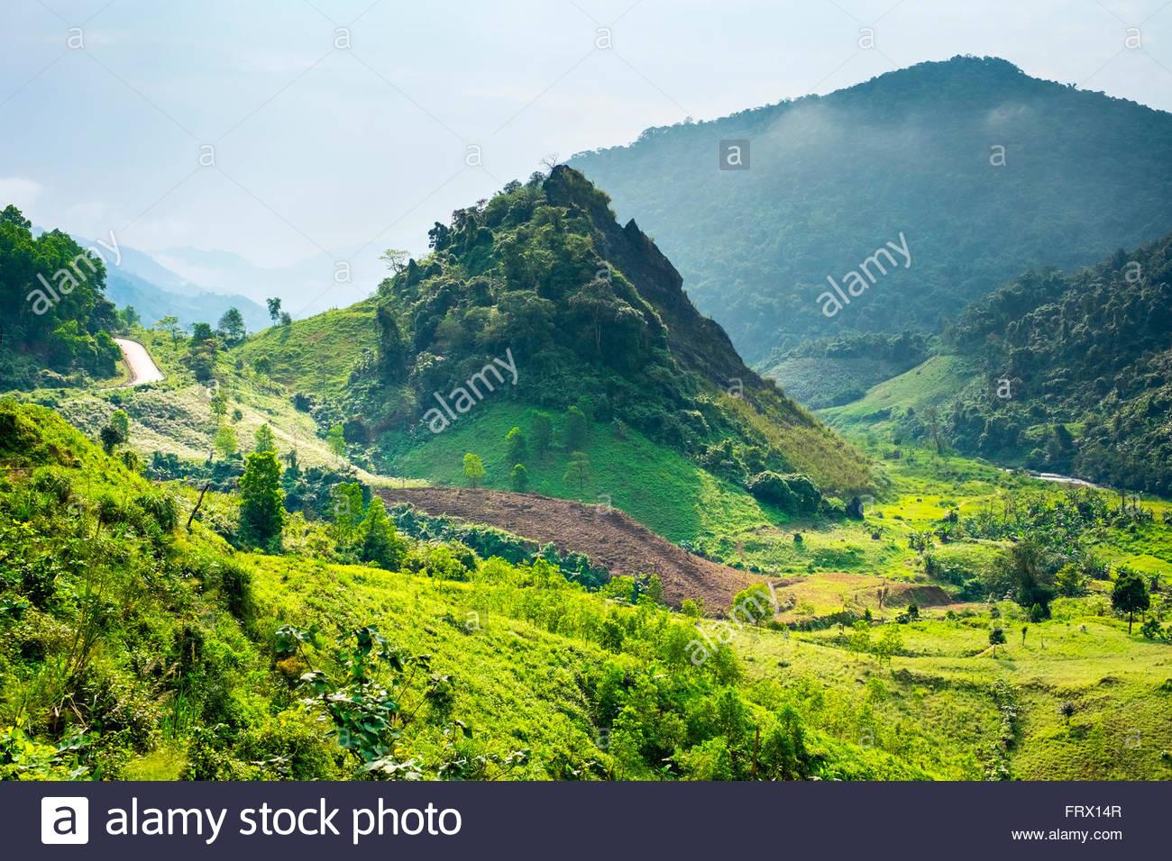 Paisaje montañoso junto a Ho Chi Minh Highway West cerca de Khe Sanh, Da Krong, distrito de la provincia de Imagen De Stock
