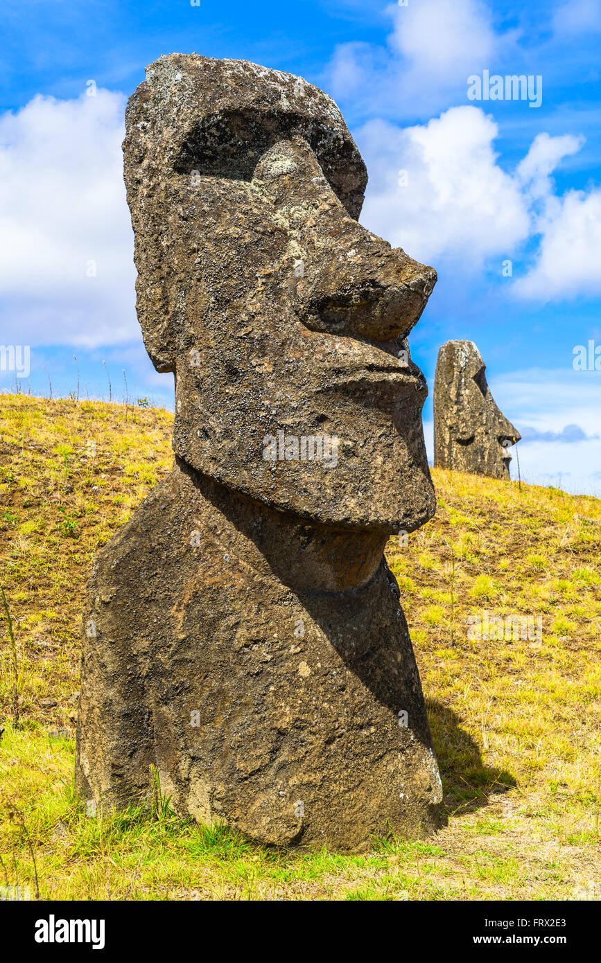 La estatua de piedra de Polinesia en el Parque Nacional Rapa Nui en Isla de Pascua, Chile Imagen De Stock