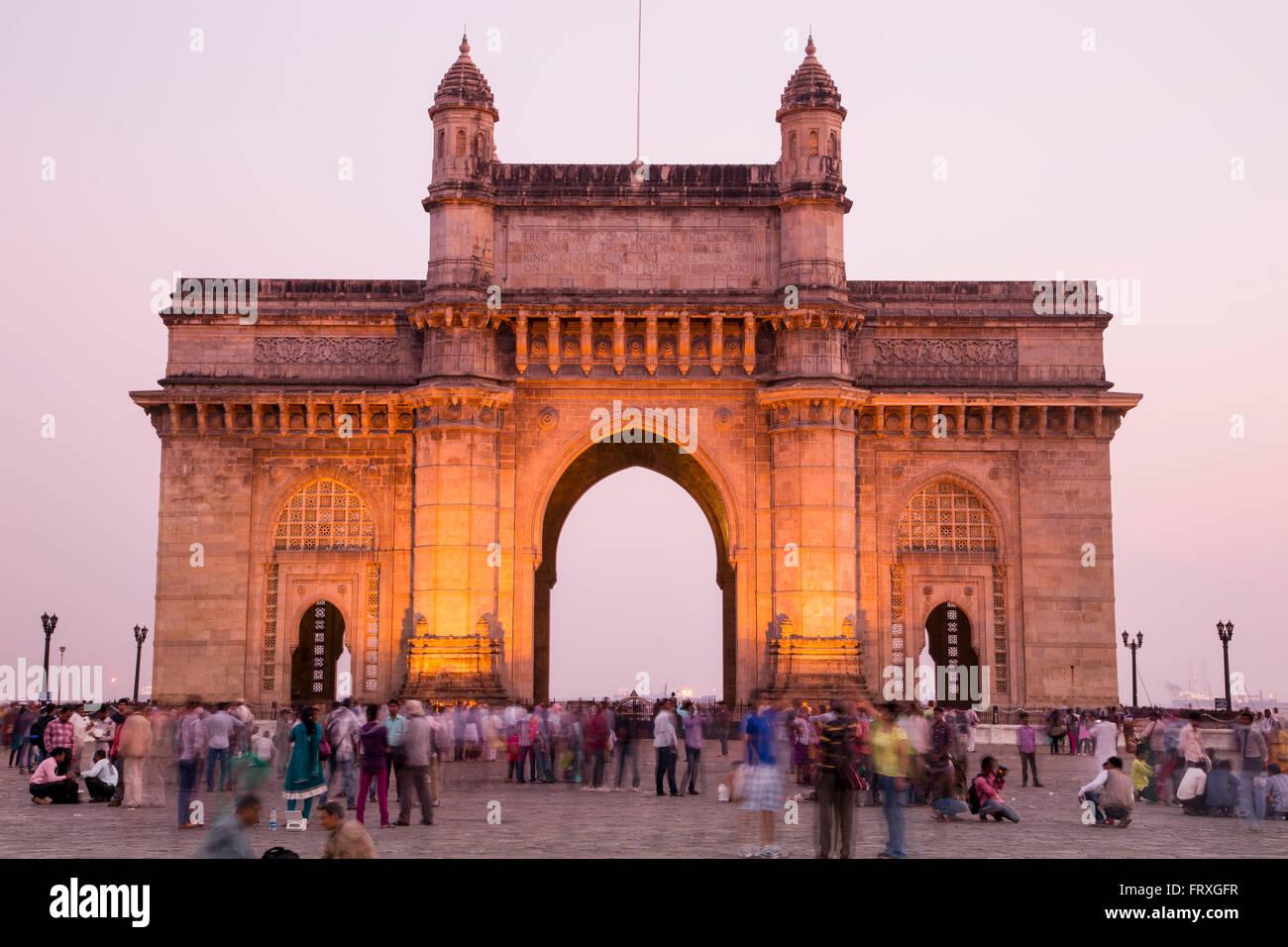 La gente en frente de la puerta de entrada a la India al anochecer, Bombay, Maharashtra, India Imagen De Stock