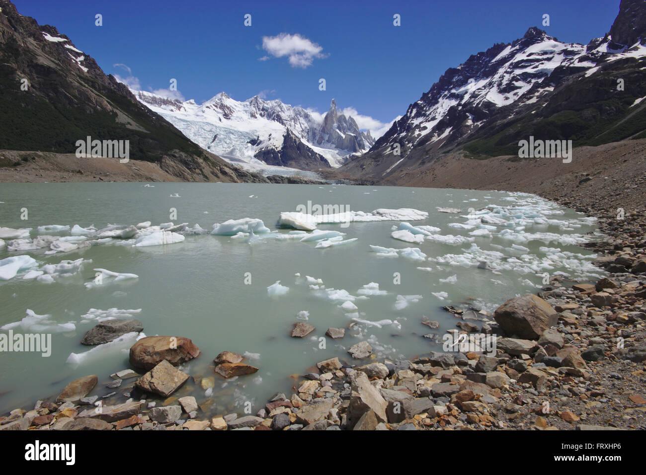 Cerro Torre y Laguna Torre, pequeños icebergs; con el Cerro Grande, Cerro Doblado, Cerro Adela; Argentinia, Patagonia Foto de stock