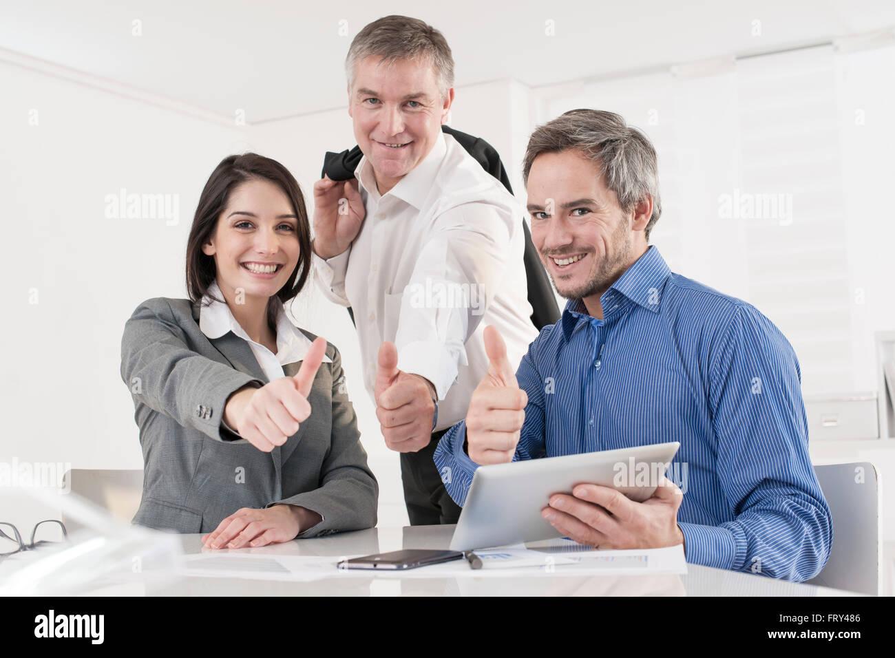 Equipo de oficina de negocios mostrando pulgar arriba Imagen De Stock