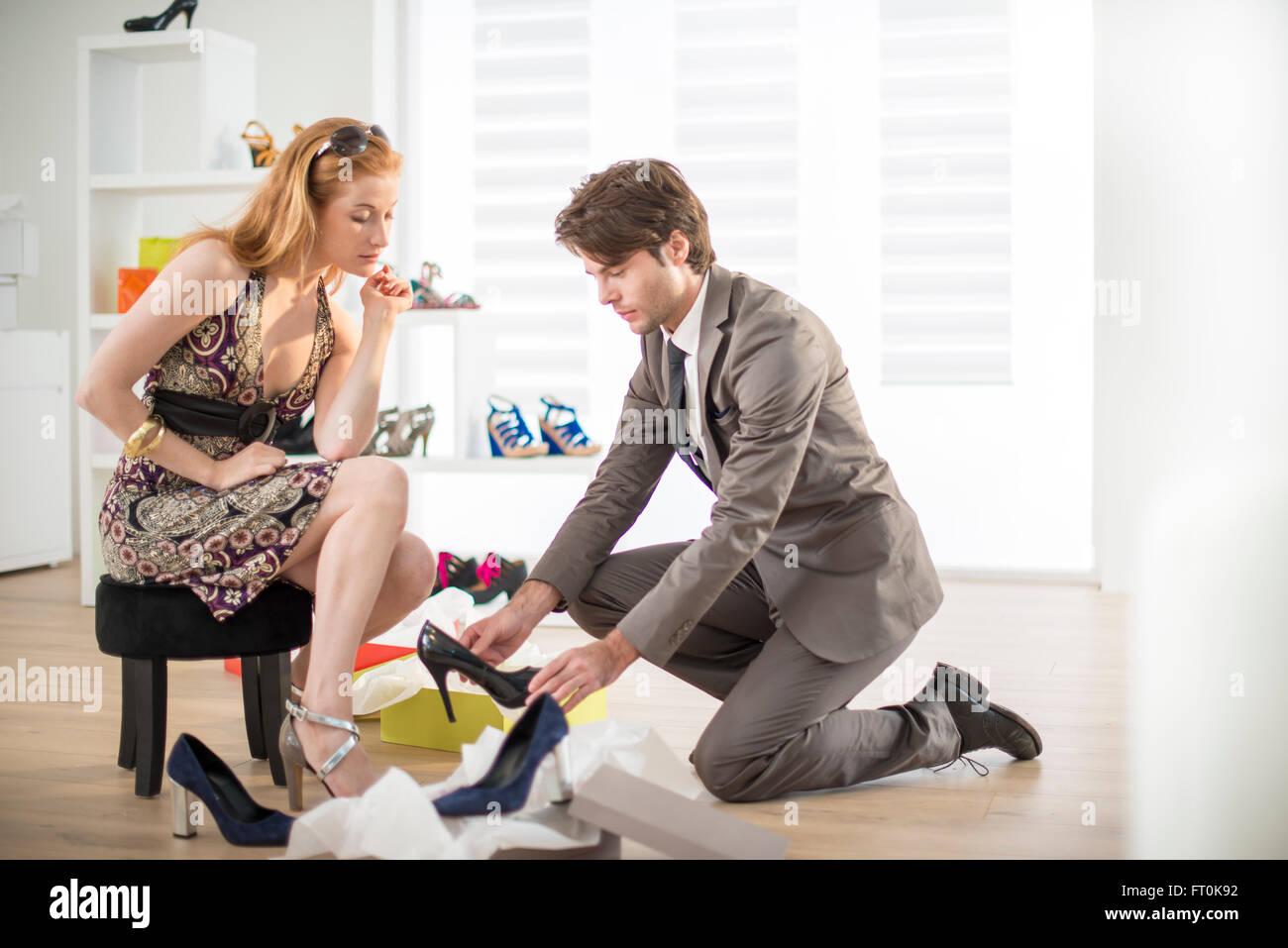 Vendedor propongo tratar los zapatos a una clienta Imagen De Stock c6da6b64dd
