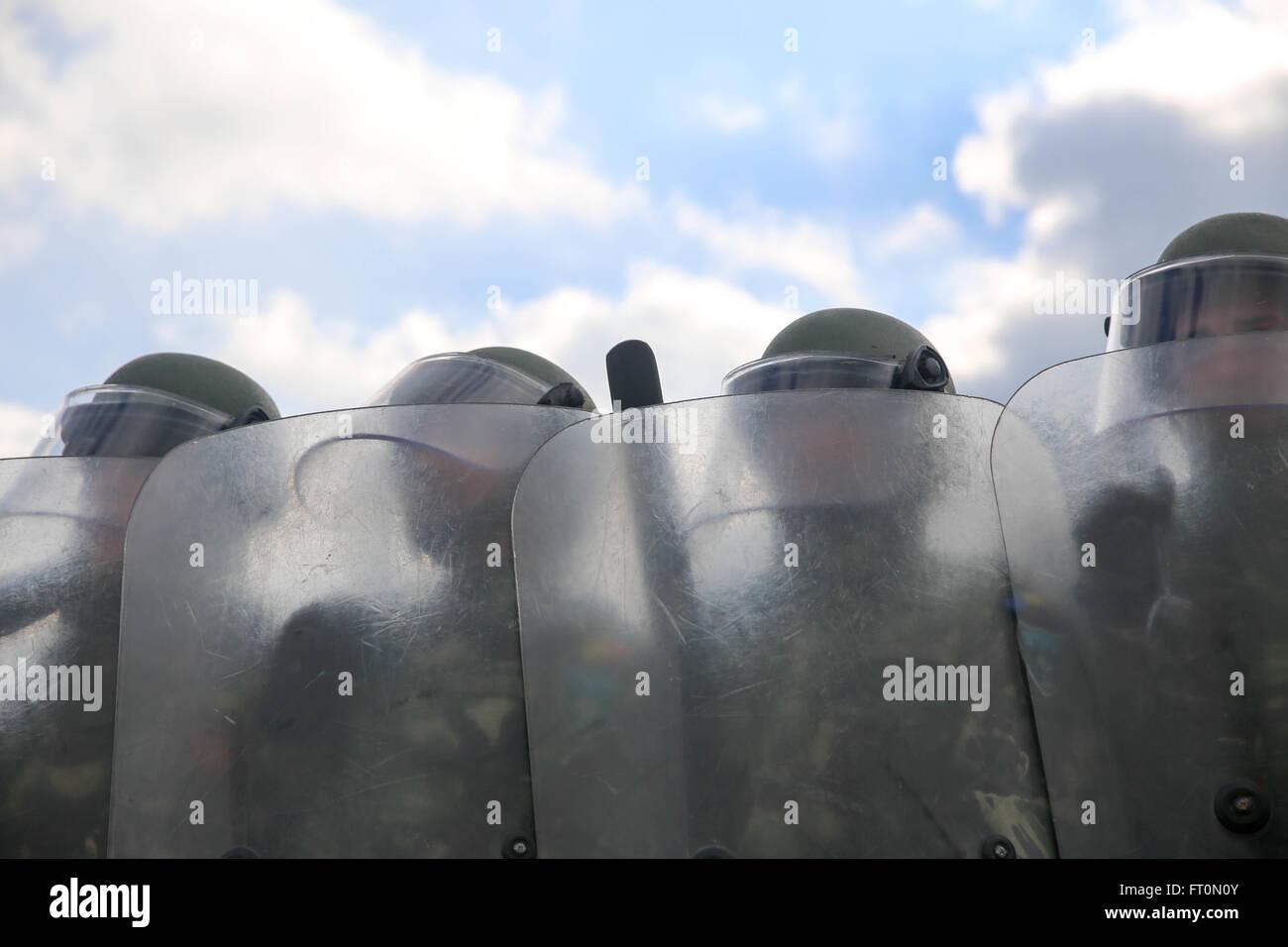 Soldados rumanos del 26º Batallón de montaña realizar multitud de formación antidisturbios durante Imagen De Stock