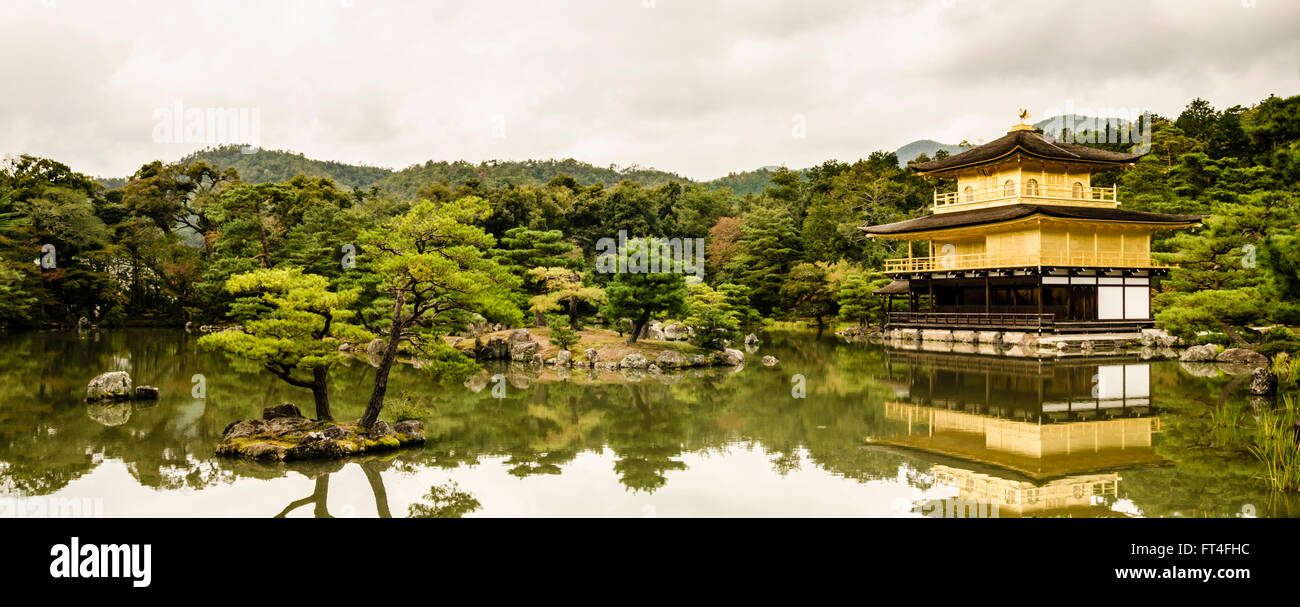 Panorama del Kinkaku-ji o pabellón dorado en otoño, Kita-ku, Kyoto, Kansai, Japón Imagen De Stock