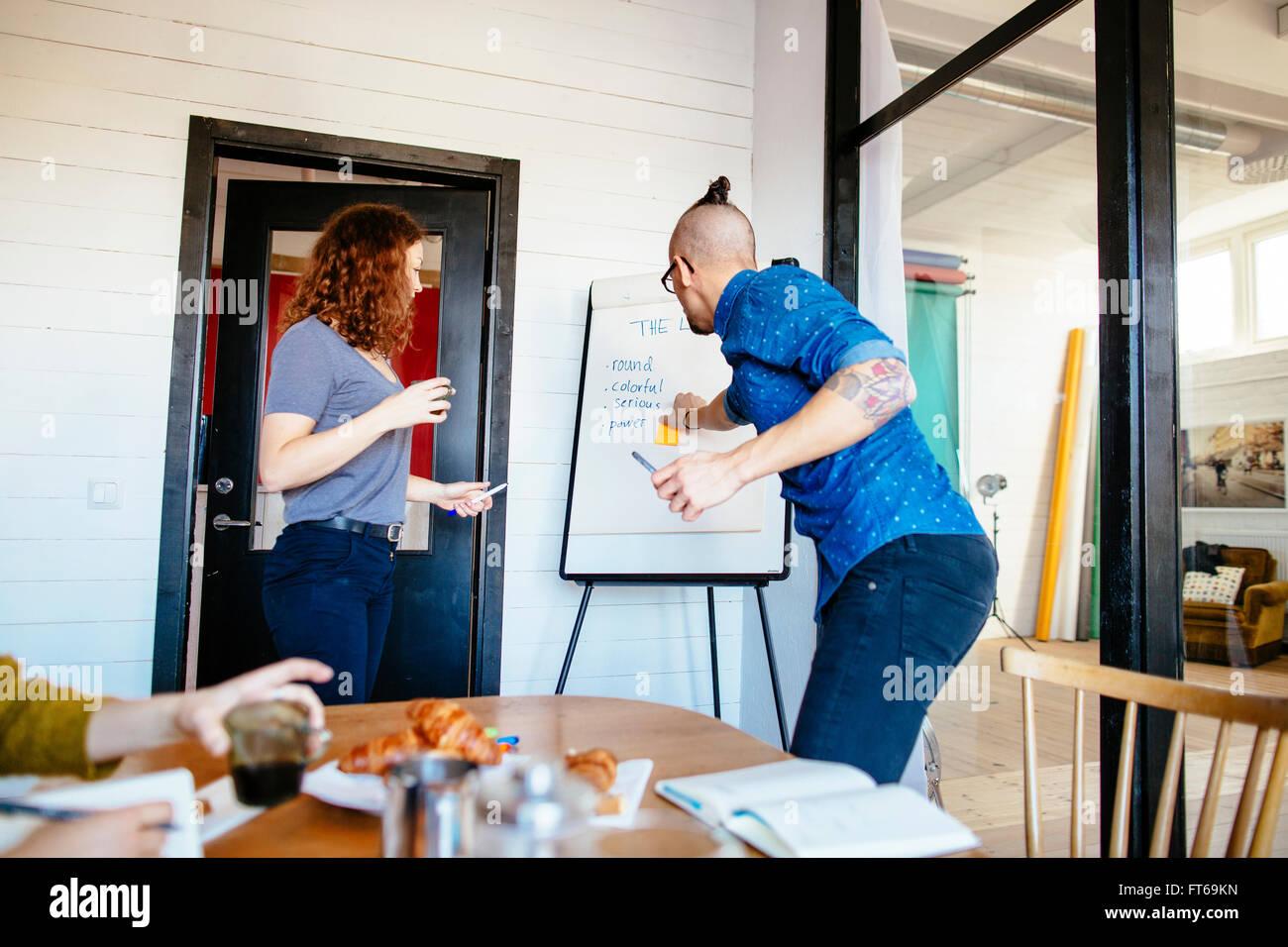 Gente de negocios haber discusión sobre cartelera en sala de juntas Imagen De Stock