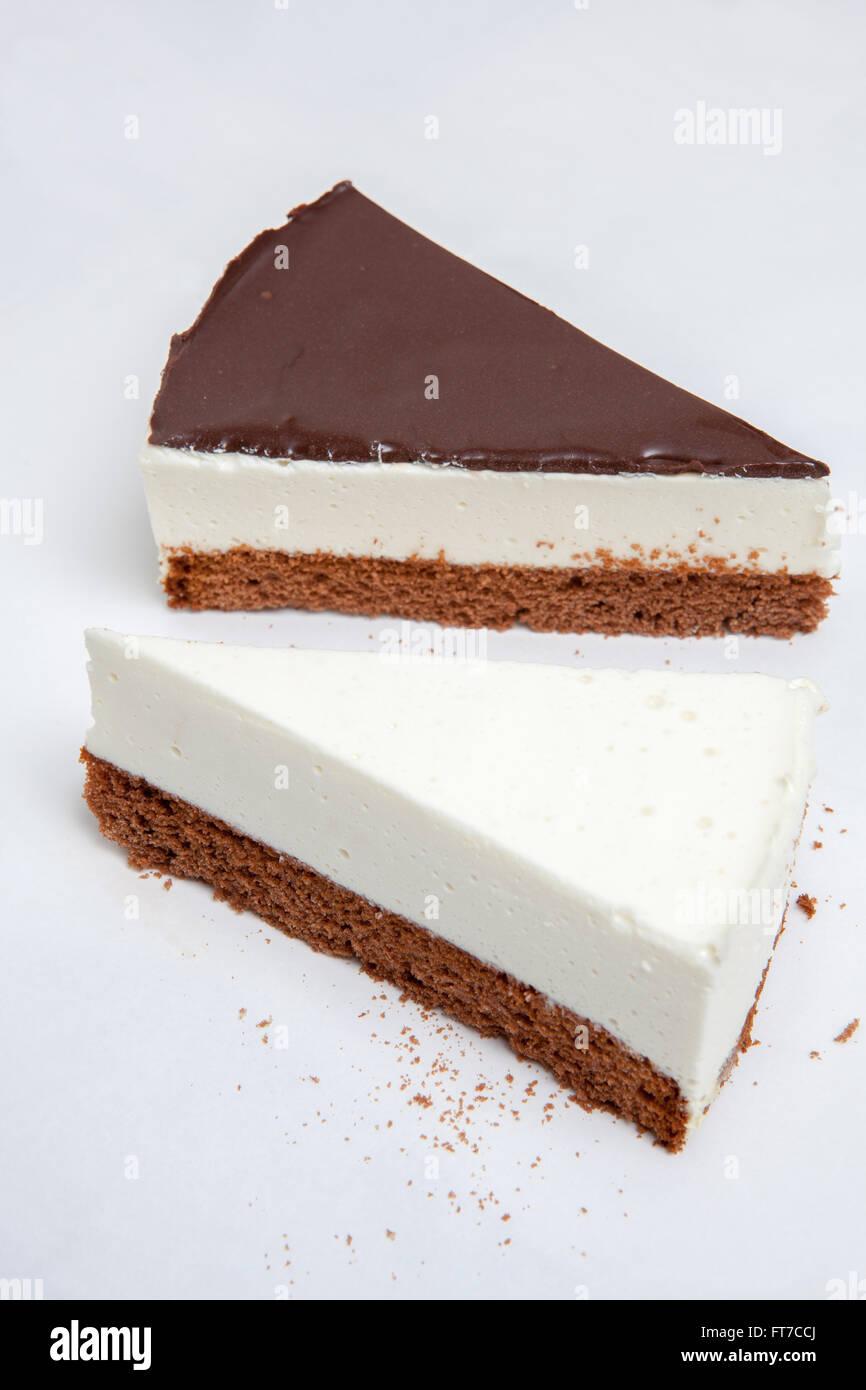 Cheesecake, diversos tipos de helados y postres para el menú del restaurante y cafeterías, una variedad de pasteles, Foto de stock