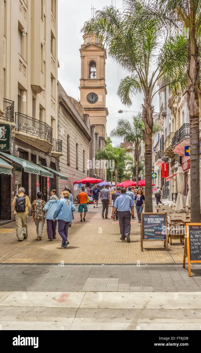 SARANDI, MONTIVIDEO, URUGUAY - CIRCA de diciembre de 2015. Una única calle peatonal que conduce a la Plaza Imagen De Stock