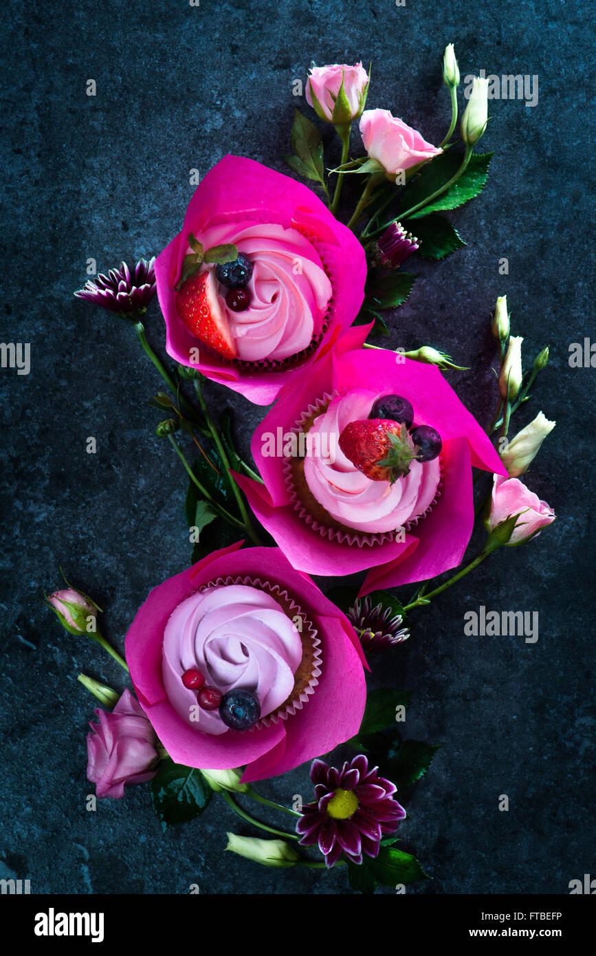 Cupcakes de primavera con flores. Imagen De Stock