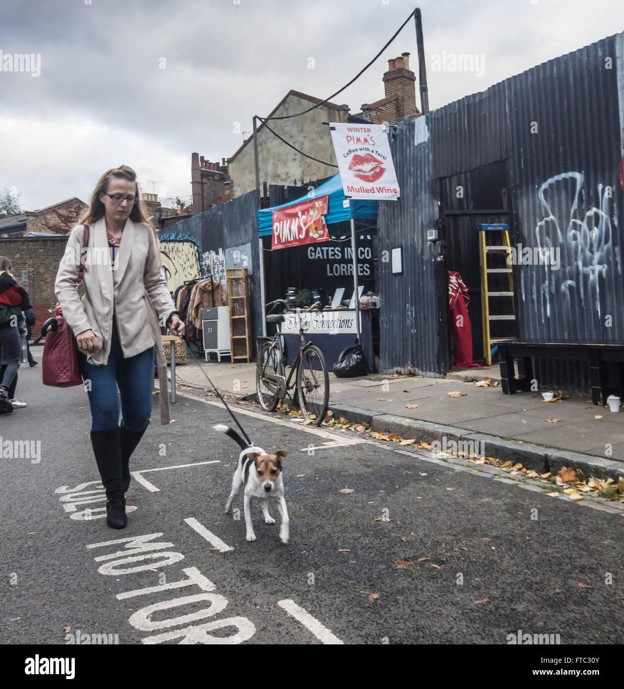 Columbia Road Market, Mujer paseando a un perro, hembra perro Foto de stock
