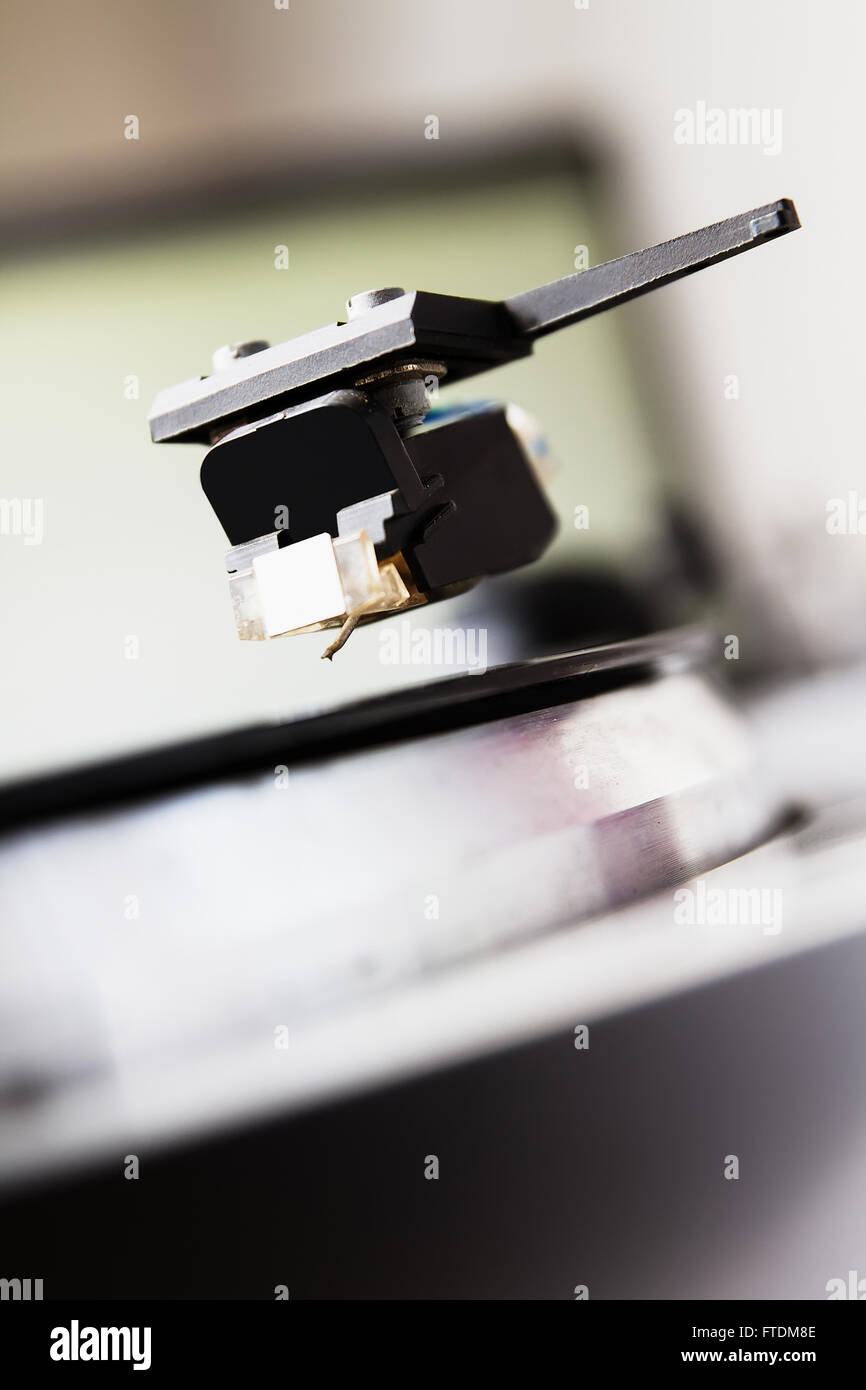 Tornamesa reproductor musical con un disco de vinilo. Útil para DJ, discoteca y tema retro. Se centran en la Imagen De Stock