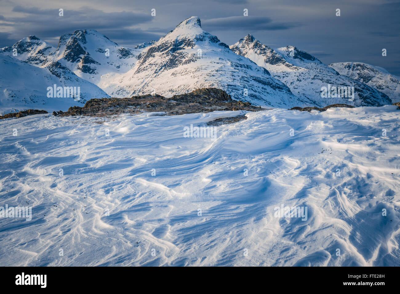 Sastrugi y vista hacia el almacén de Blamann Rodtinden, Kvaloya, Troms, al norte de Noruega Imagen De Stock