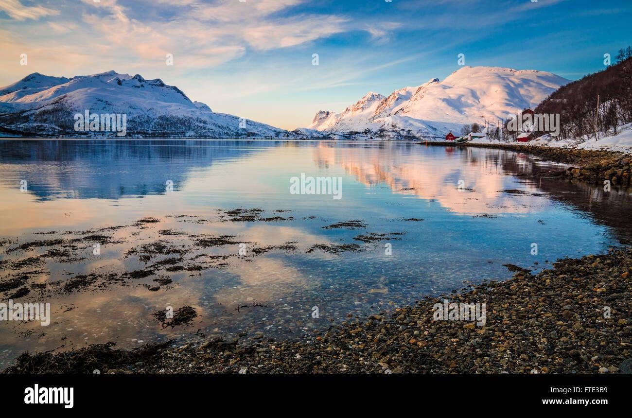 Paisaje nevado de invierno en Kaldfjord, Kvaløya, Noruega Imagen De Stock