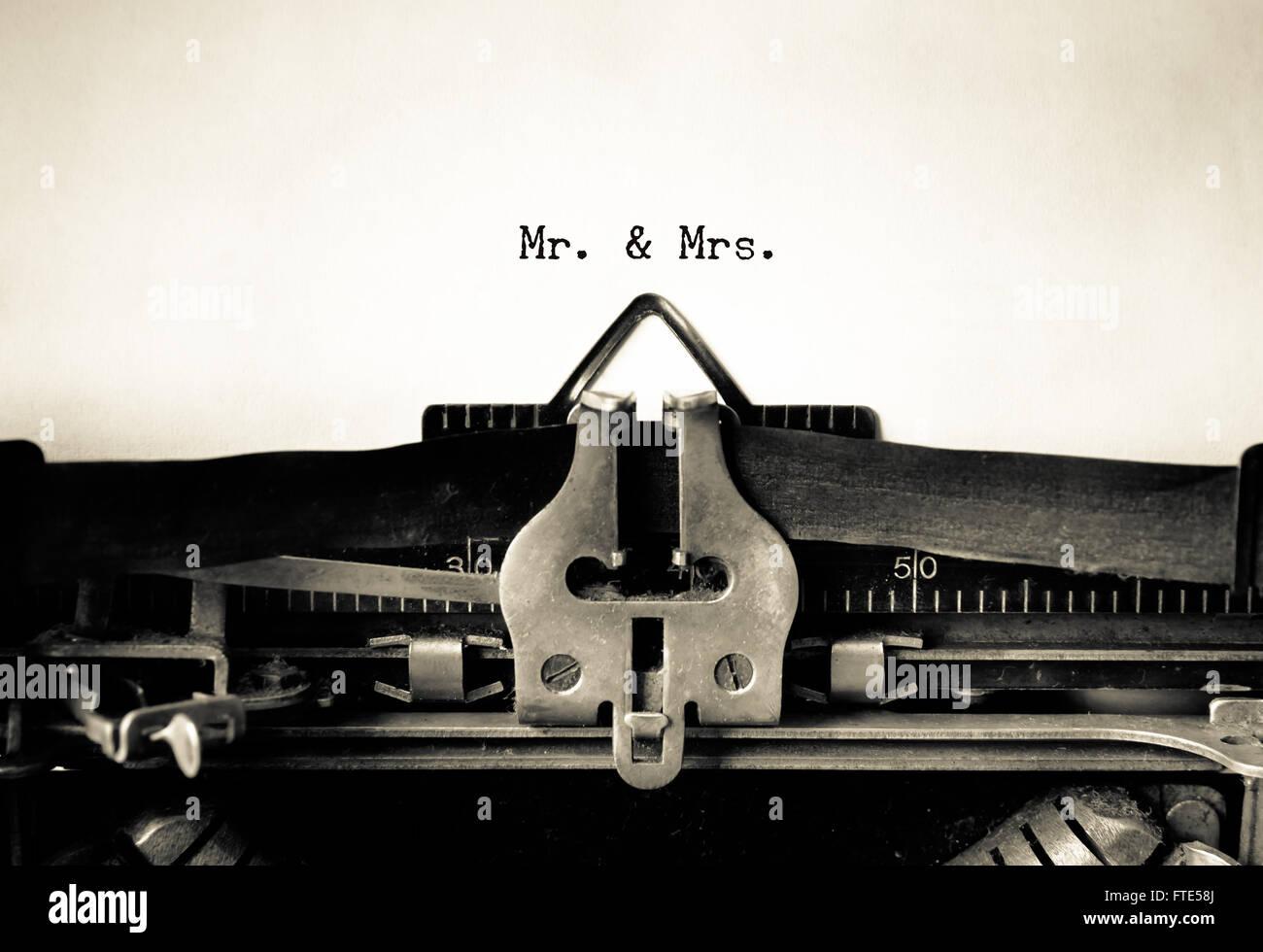 Mr & Mrs palabras mecanografiadas en una máquina de escribir vintage Imagen De Stock