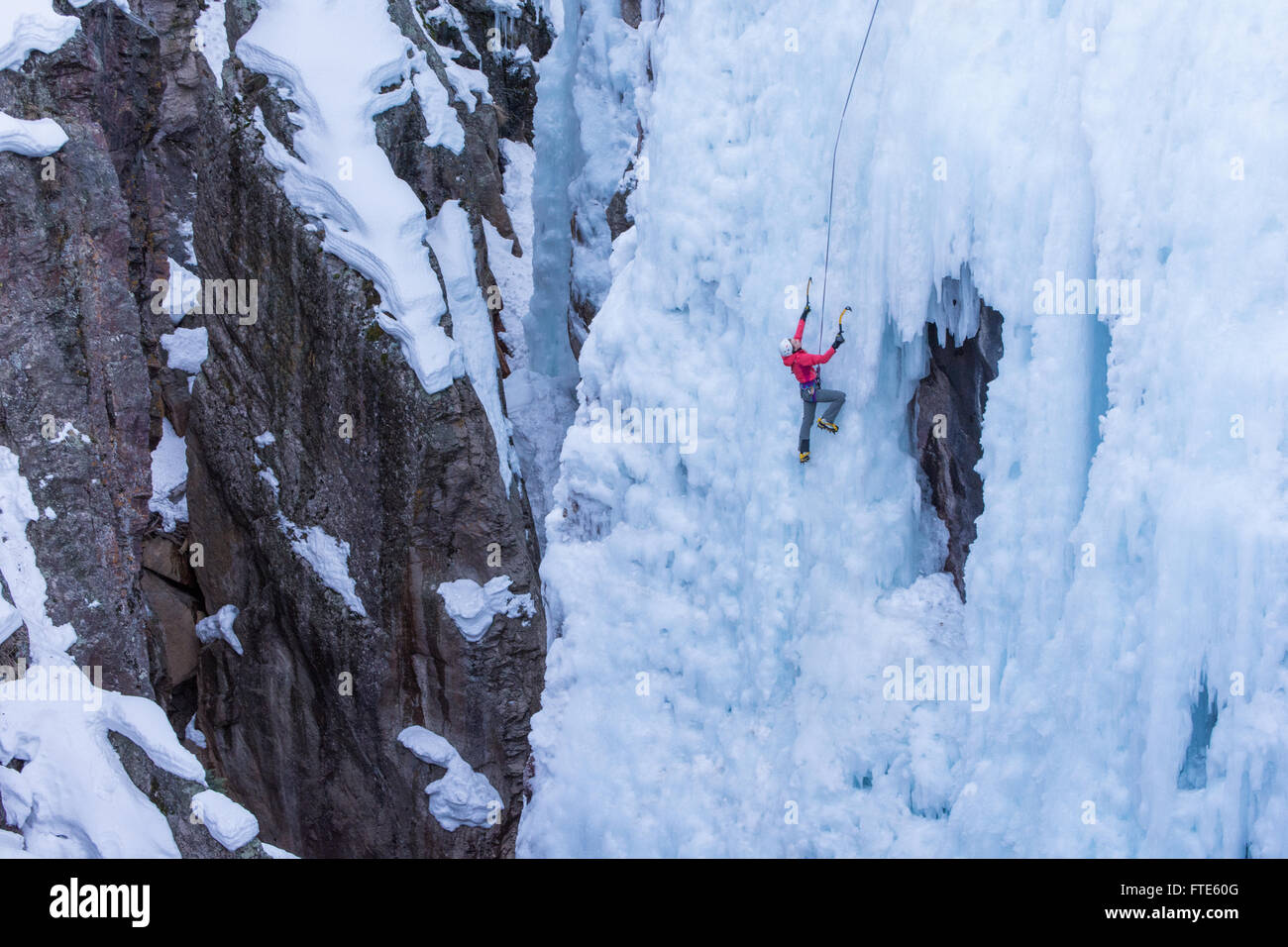Ice climber escalar una ruta llamada Pick o' Vic, cuyo valor nominal es de WI4 en Ouray Colorado Imagen De Stock