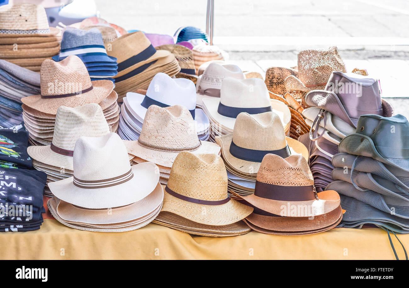 754740e5cb Todo tipo de sombreros para hombres en venta en un stand de un mercado  local.