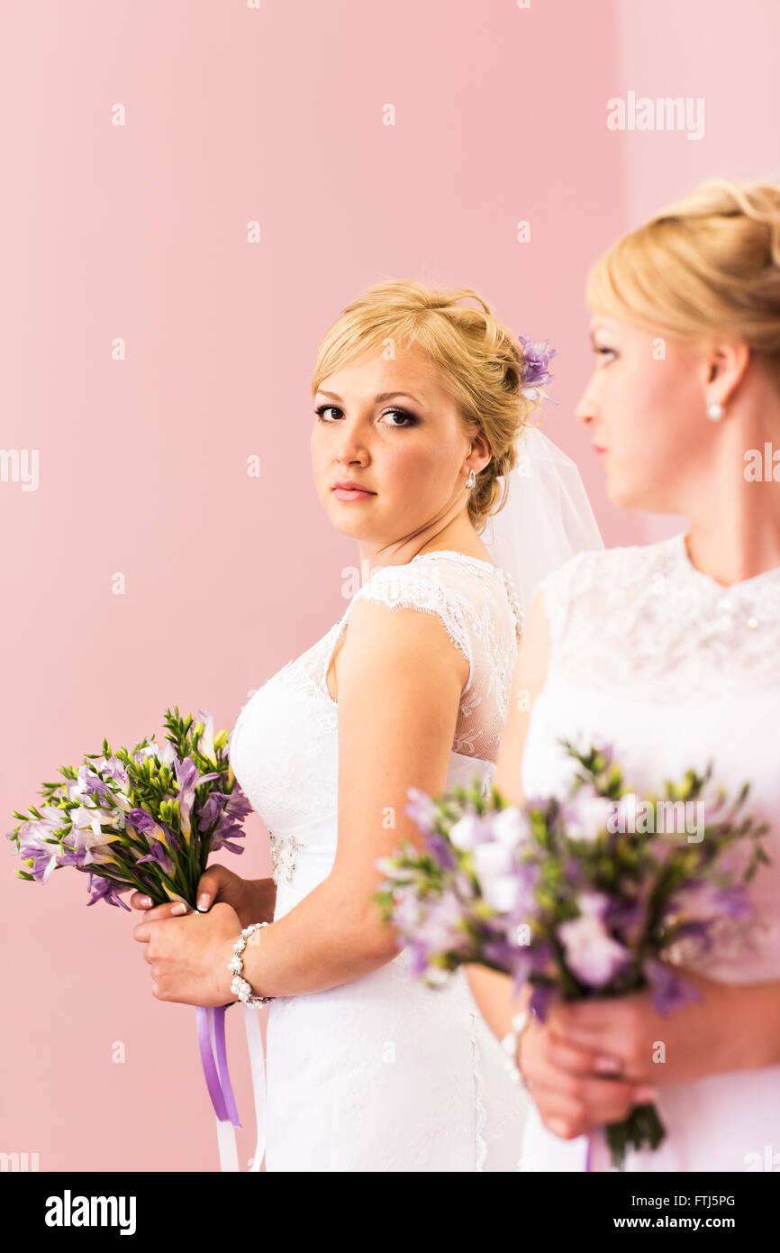 Novia hermosa chica rubia con vestido blanco y peinado brillante ...