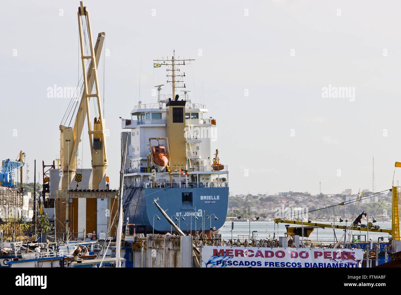 Barco anclado en el Puerto de Natal ribera del río Potengi Foto de stock
