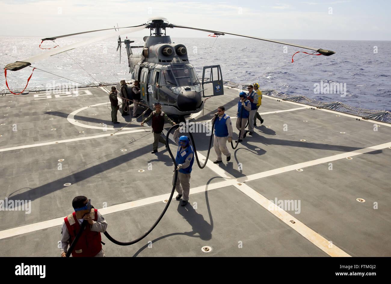 Super Puma Helicopteo en Descarga de Barcos Alquiler combatir NDCC en Isla Trindade. Imagen De Stock