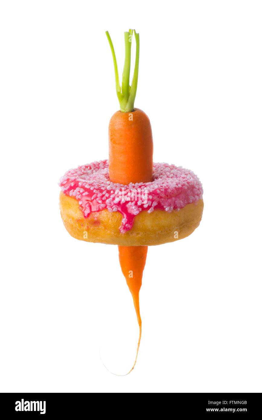 Zanahoria con Donut demostrando sana versus la elección de alimentos poco saludables y cinturas aumentando Imagen De Stock