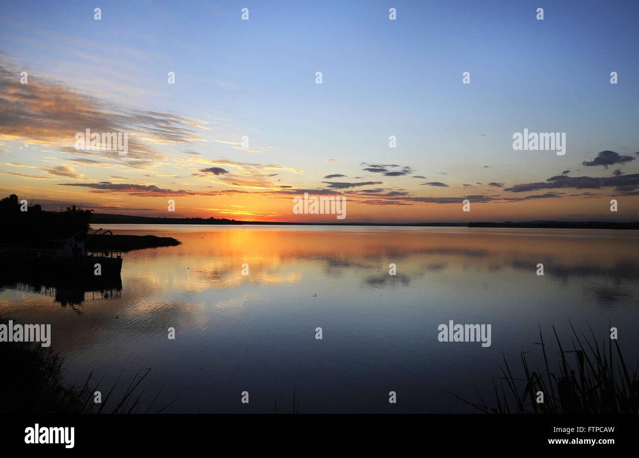 Atardecer en la presa del río Piracicaba - Barra Bonita Presa Imagen De Stock