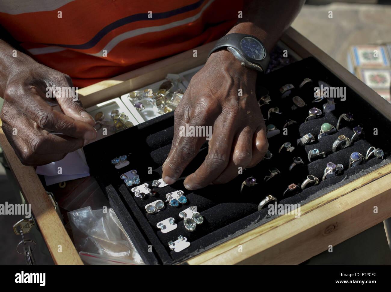 Venta de joyas en la feria artesanal en la ciudad de Ouro Preto - MG Foto de stock