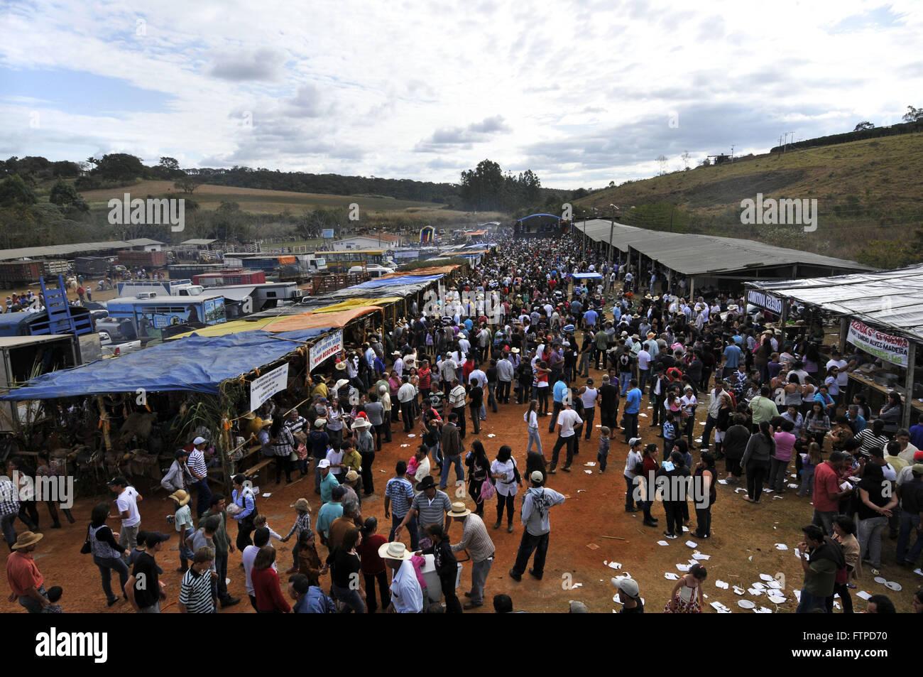 Vista superior de visitantes en la exposición de motivos de la tradicional Fiesta del ajo quemado Imagen De Stock