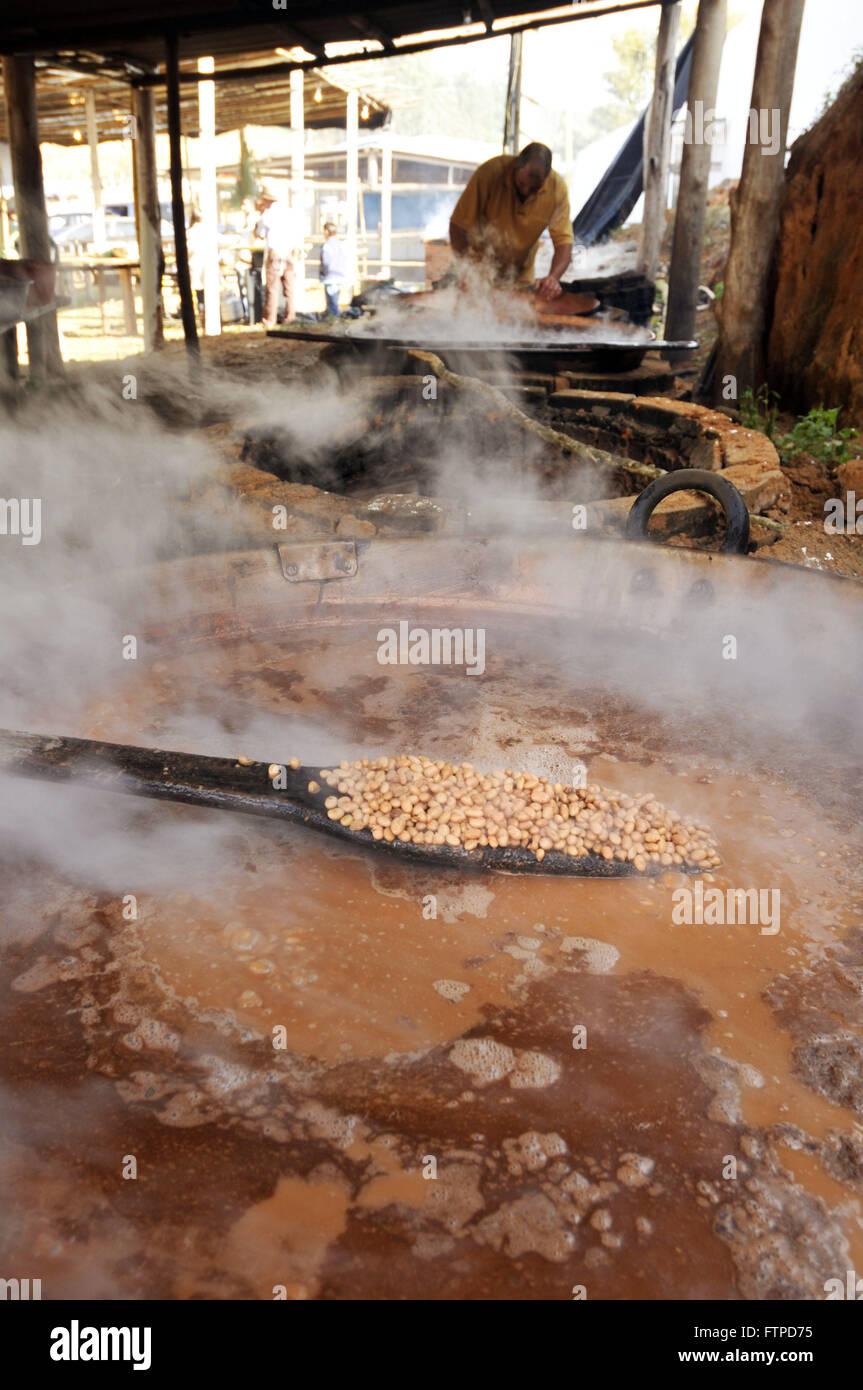 Cocinar frijoles en olla de cobre en la tradicional Fiesta del ajo quemado Imagen De Stock