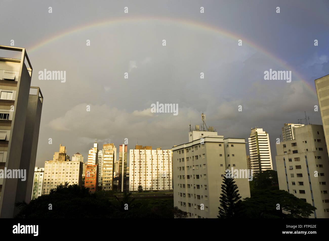 Vista del edificio residencial en el barrio Paraíso con arco Imagen De Stock