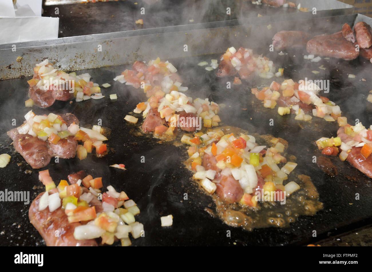 Snack linguica salchichas se cocinan en láminas Imagen De Stock