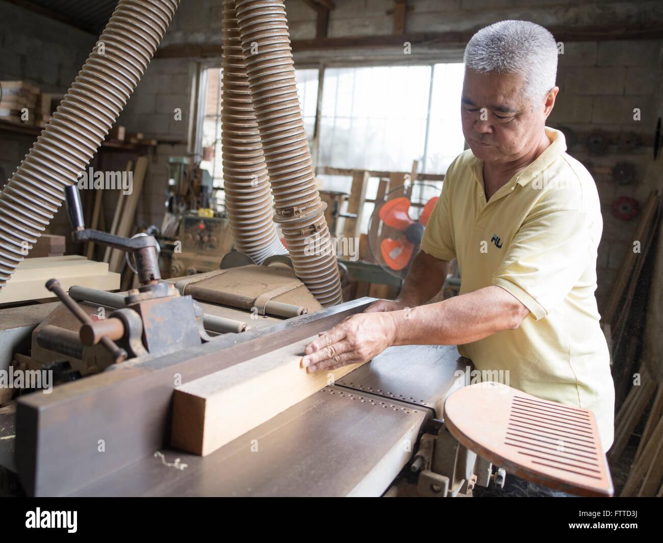Oshiro Yoshimasa (57) carpintero haciendo telar , Haebaru, Okinawa 大城織機製作所 Imagen De Stock