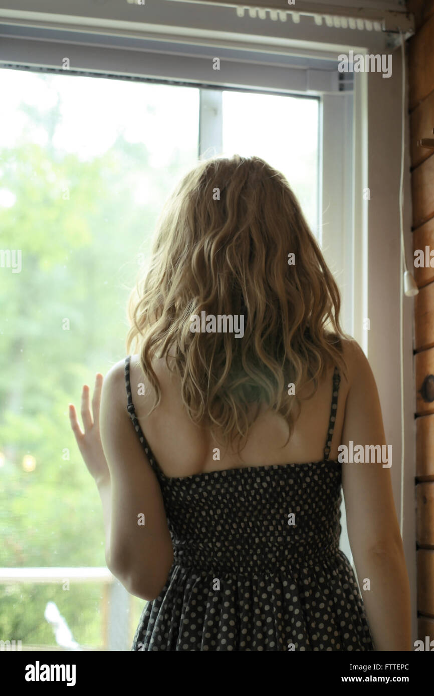 Mujer de pie en la ventana Imagen De Stock