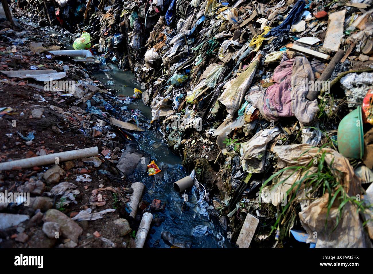 Cloaca, riachuelo contaminado en la favela Buraco do Tatu, Sapopemba, Zona Suedeste, São Paulo, Brasil Imagen De Stock