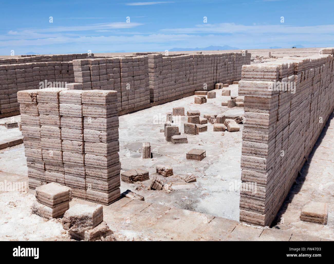 Cortar bloques de sal del Salar de Uyuni, Bolivia Imagen De Stock