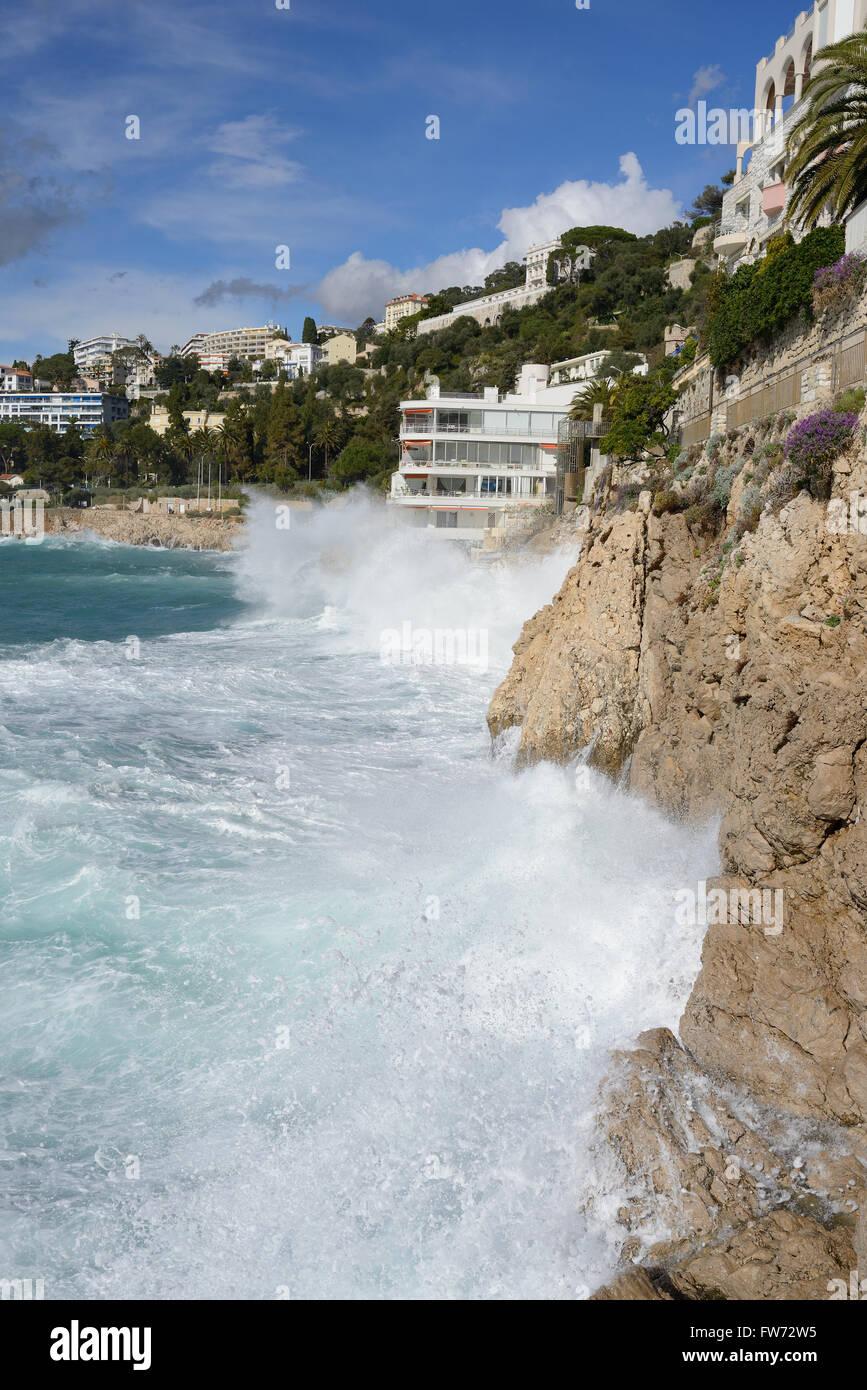 Olas rompiendo sobre un acantilado de piedra caliza. Nice, Alpes Marítimos, la Riviera Francesa, Francia. Imagen De Stock