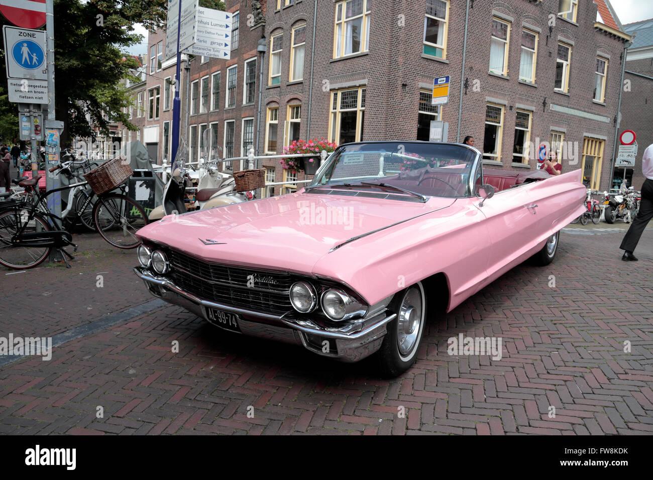 Una hermosa Pink Cadillac (1962 un sedán de Ville convertable) en Delft, Holanda Meridional, Países Bajos. Imagen De Stock