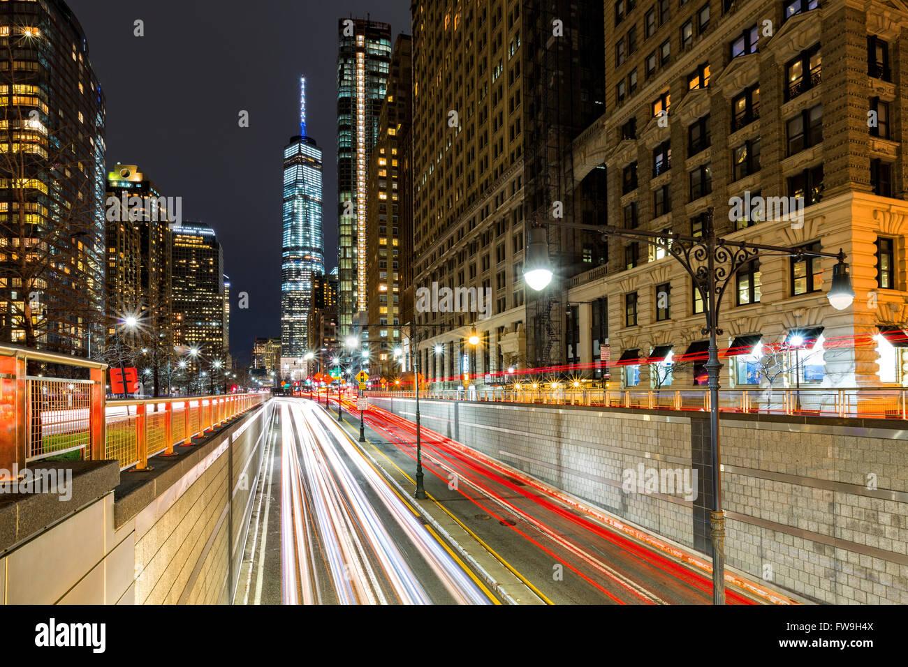 Senderos de tráfico en el centro de la ciudad de Nueva York en la entrada en el parque Battery Tunnel Imagen De Stock