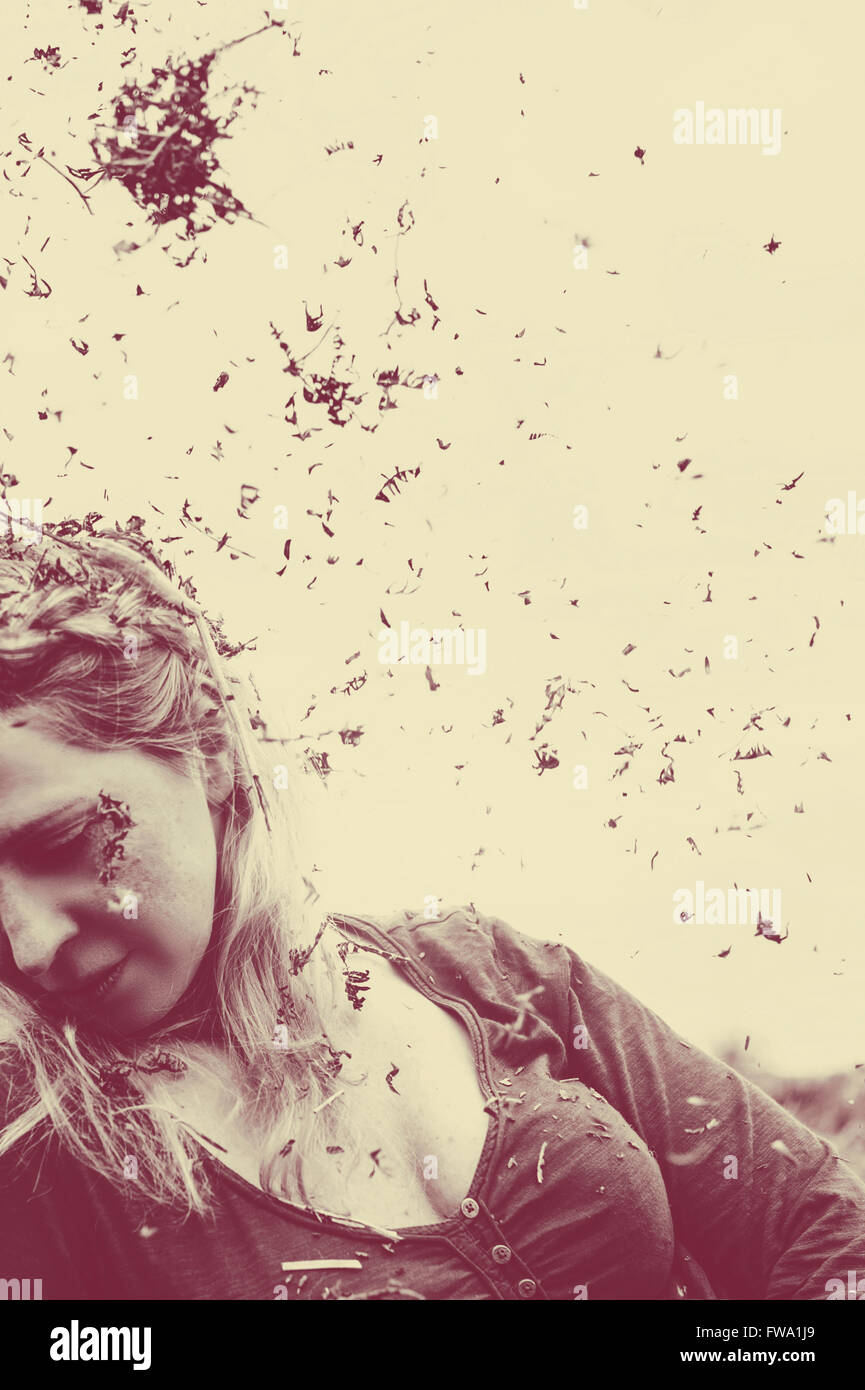 Retrato de mujer joven sentado en la pradera Imagen De Stock