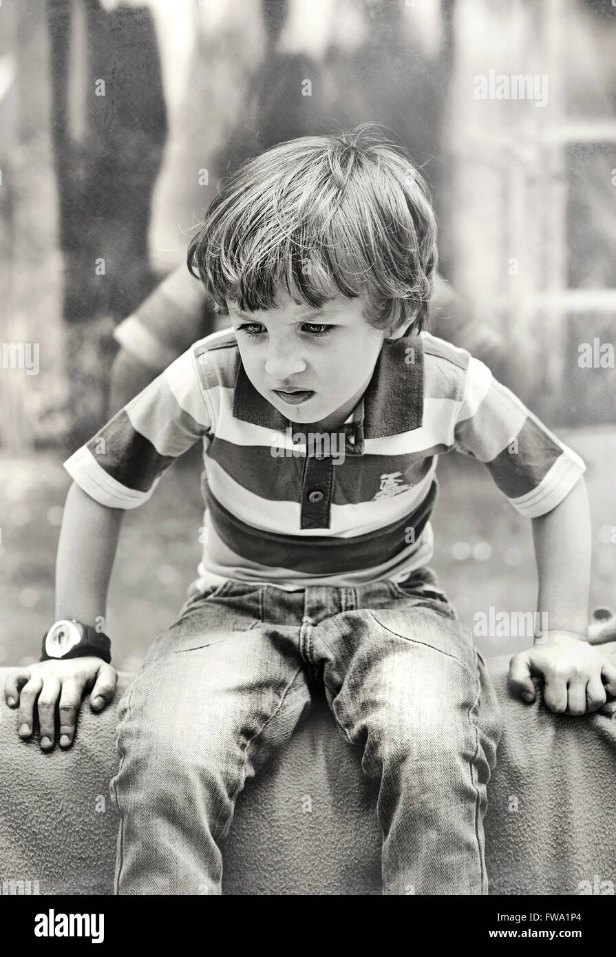 Enojado pequeño niño jugando Foto de stock