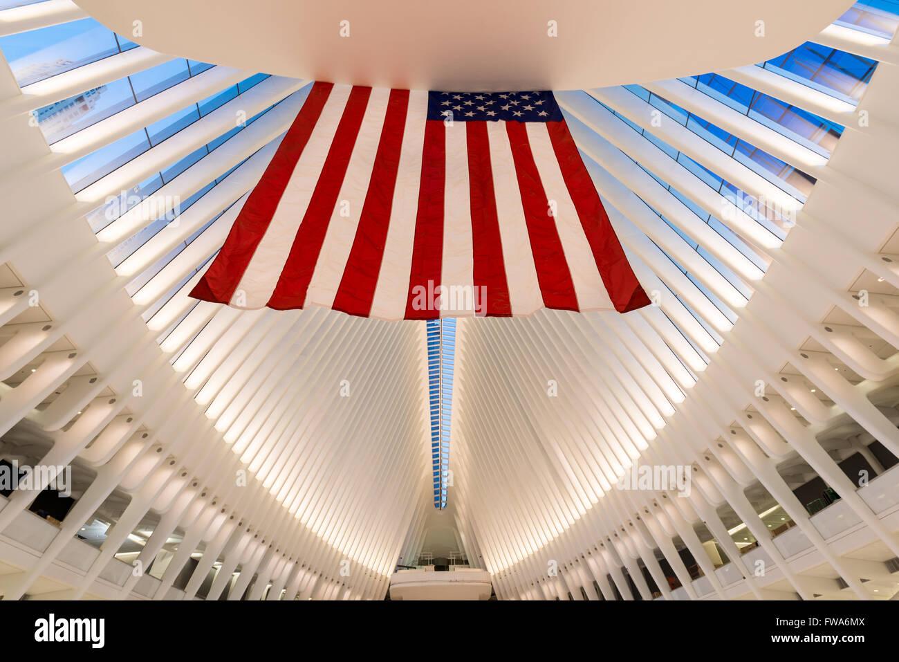 Vista interior de la oculus, World Trade Center Path Station en el crepúsculo, el distrito financiero de Manhattan, Foto de stock