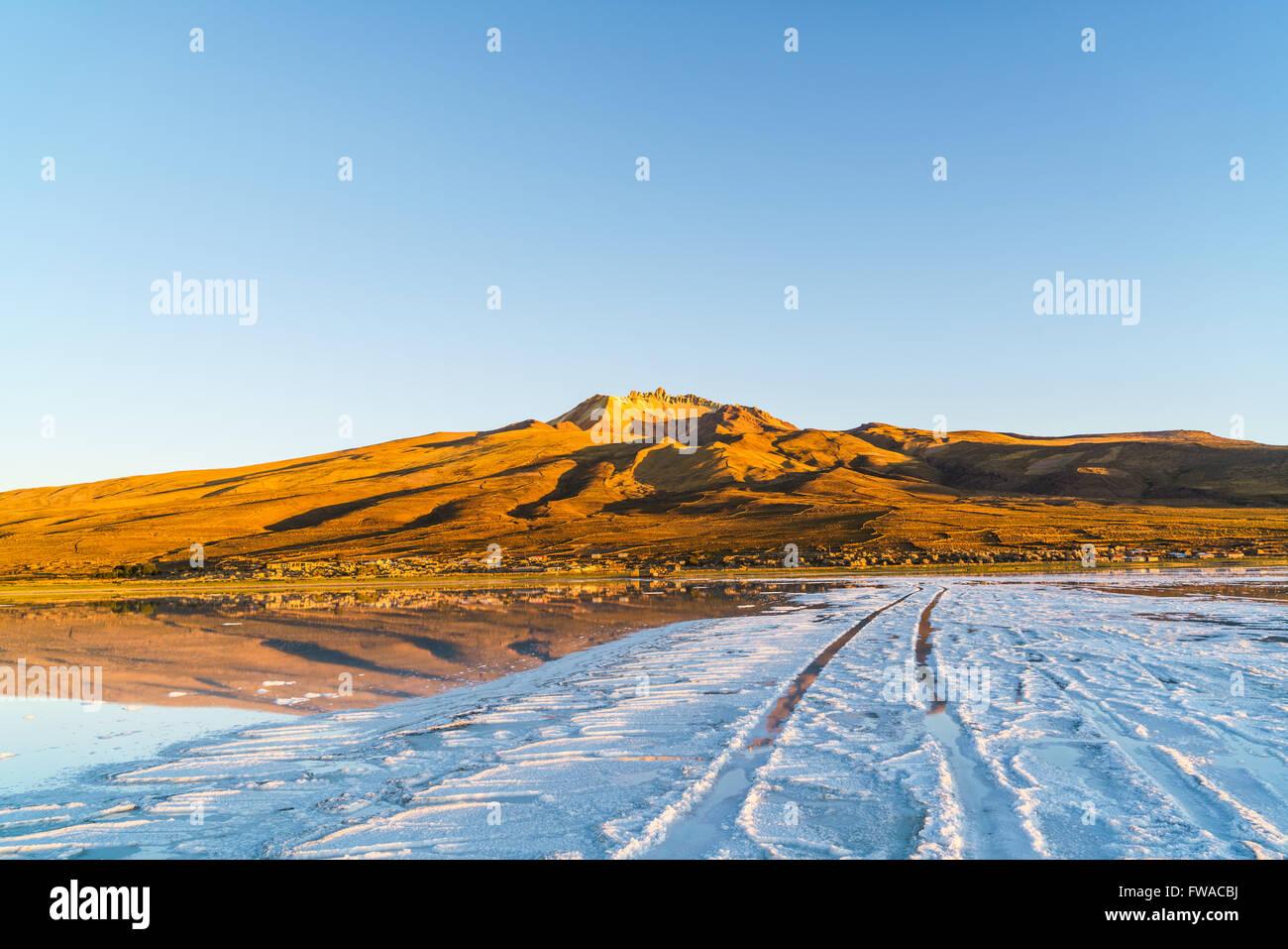 Las huellas de las ruedas a Coqueza Village en el lago de sal del Salar de Uyuni en Bolivia Imagen De Stock