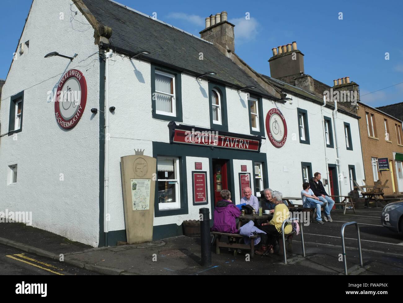 Los clientes disfrutan de un refresco fuera del ciclo taberna en Auchtermuchty, Fife, Escocia, Imagen De Stock