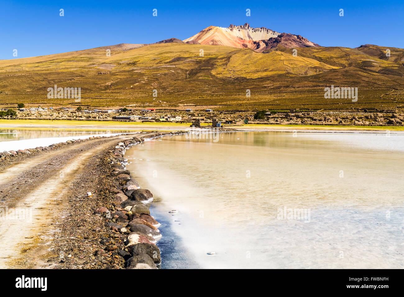 Volcán durmiente y el lago de sal en el Salar de Uyuni, Bolivia Imagen De Stock